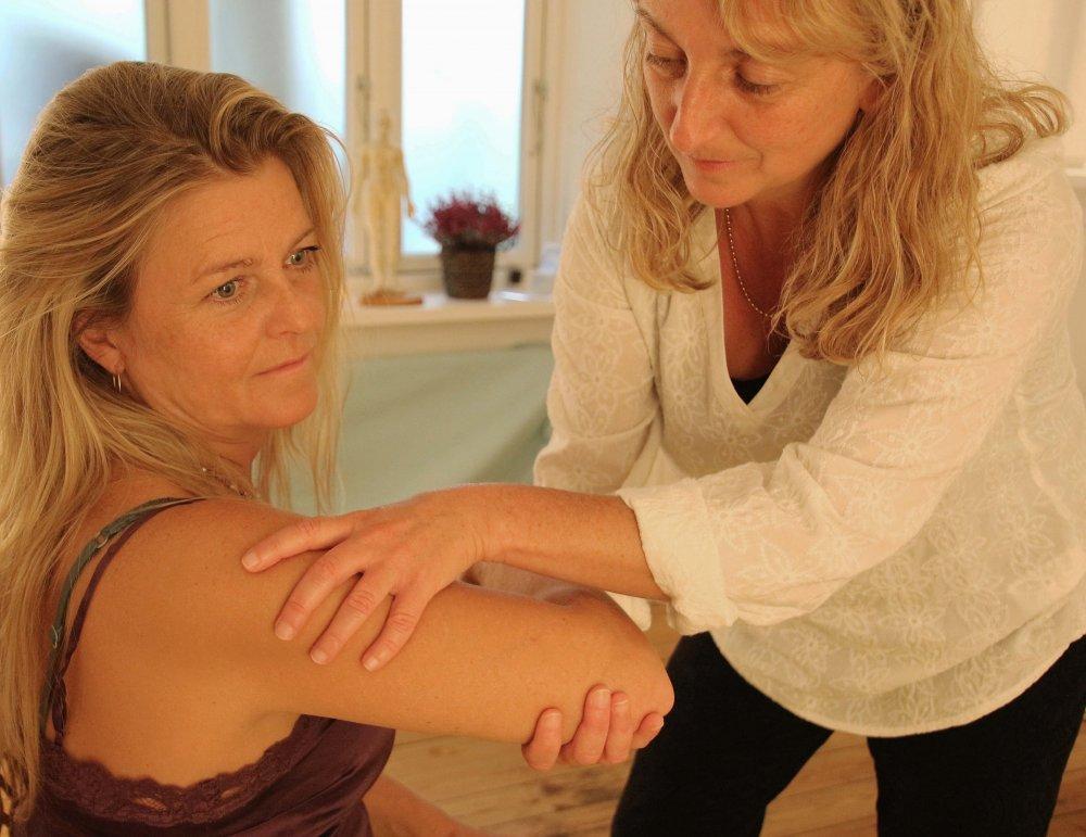Behandling af smerter i nakke, skuldre, lænd og højre hånd